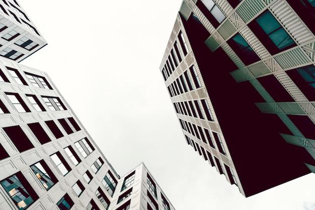Hochhäuser der modernen stadt. ansicht von unten.
