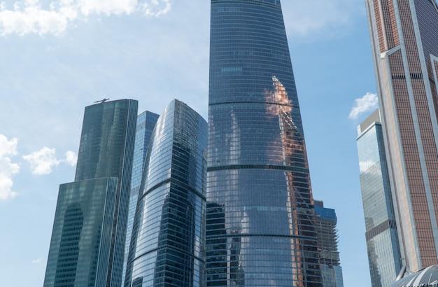 Hochhäuser des geschäftszentrums von moskau. bezirk moskau-stadt gegen den tageshimmel mit wolken