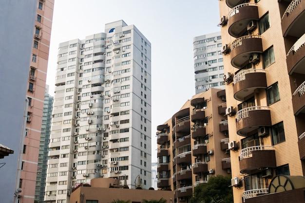 Hochhäuser in shanghai mit balkonen und klimaanlage gegen den blauen himmel
