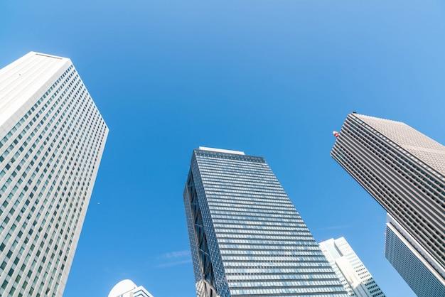 Hochhäuser und blauer himmel - shinjuku, tokyo