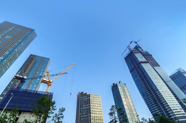 Hochhaus im zentralen geschäftsviertel von qingdao