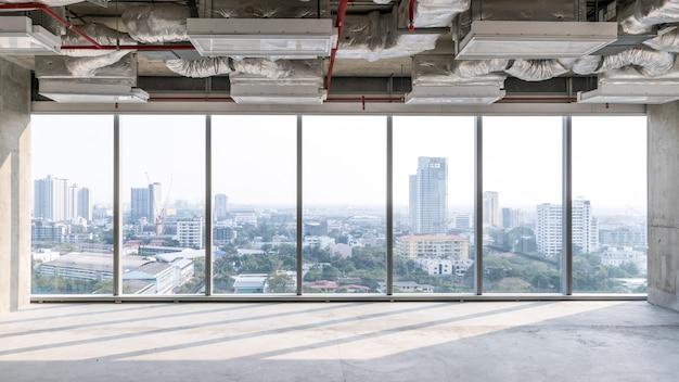 Hochhausbüro im bau mit offener decke, um struktur- und systemarbeiten zu sehen, glasfenster für die luftaufnahme von gebäuden in der stadt. leerer platz für entwicklerinvestitionen.