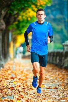 Hochkarätiger langläufer während des trainings