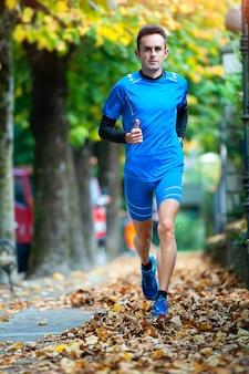 Hochkarätiger langläufer während einer herbsttrainingseinheit