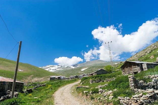 Hochlanddorf zwischen bergen im sommer in giresun - türkei