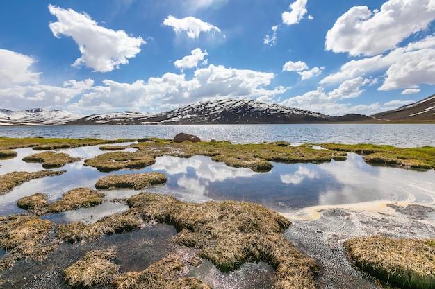 Hochlandebenen bergseewolken. foto in hoher qualität
