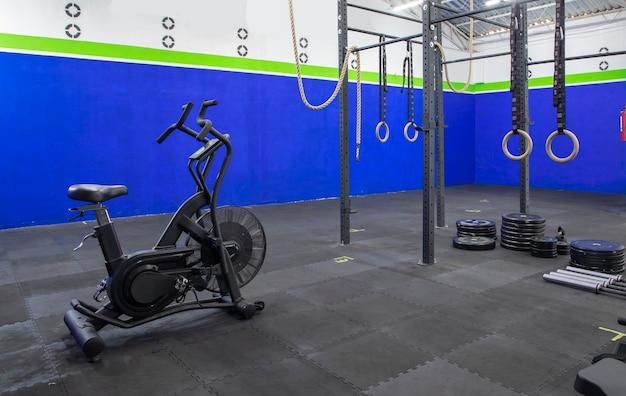 Hochleistungs-fitnessstudio oder trainingsbereich mit trainingsgeräten