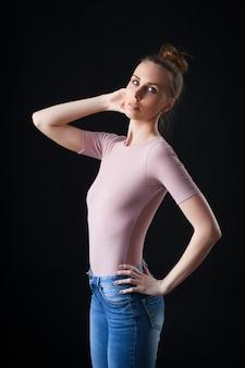 Hochmodeporträt der jungen eleganten frau in der beige spitze und in den jeans
