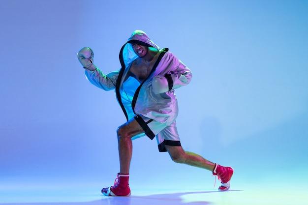Hochmodischer gestylter mann in der weißen outfit-pacticing-box lokalisiert über gradientenwand