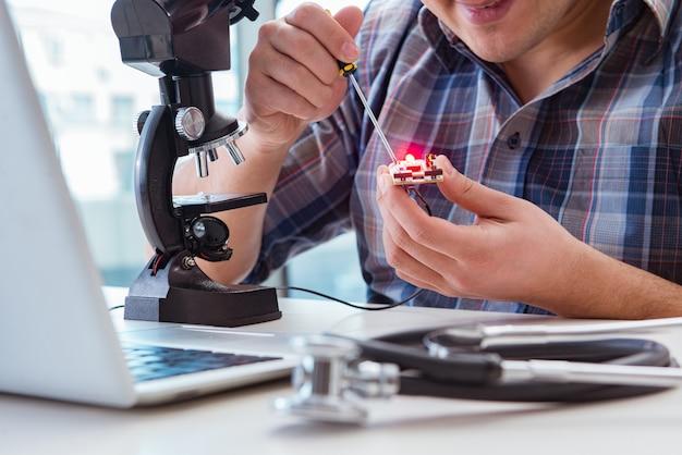 Hochpräzise technik mit dem mann, der mit mikroskop arbeitet