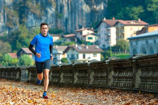 Hochrangiger langläufer während einer trainingseinheit in der stadt