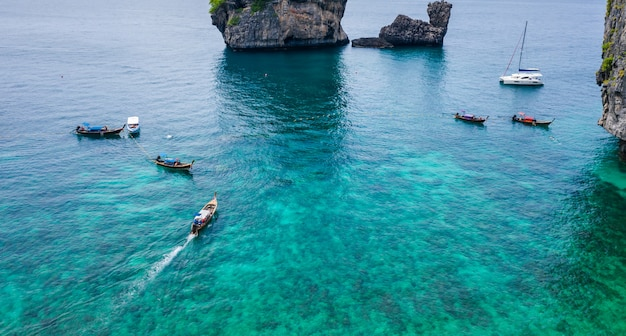 Hochsaison-sommerferientouristen der vogelperspektive phi-phi-insel thailändisch und fremd mieten ein long-tail boat-schnorchel unter dem meer