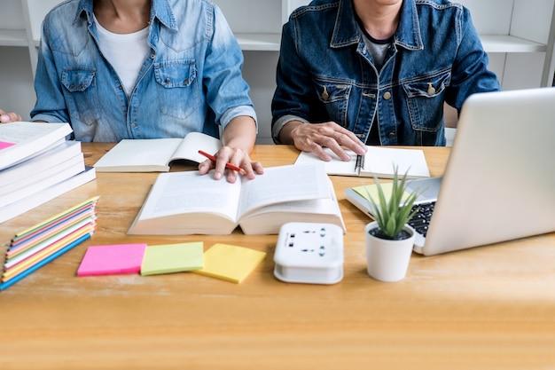 Hochschulschüler gruppentutor im studieren und lesen von bibliotheken