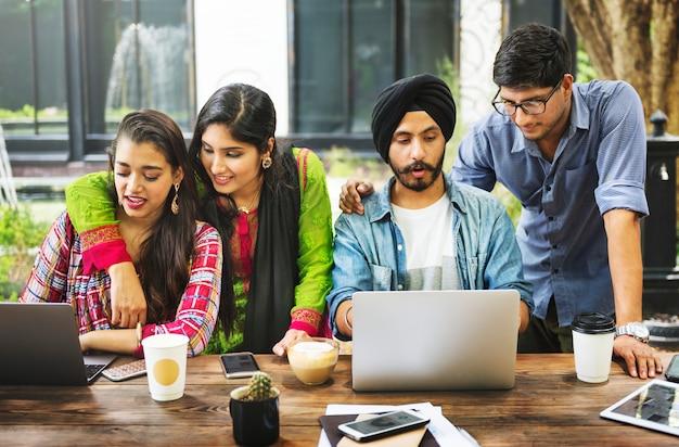 Hochschulstudententeamwork-technologie-konzept
