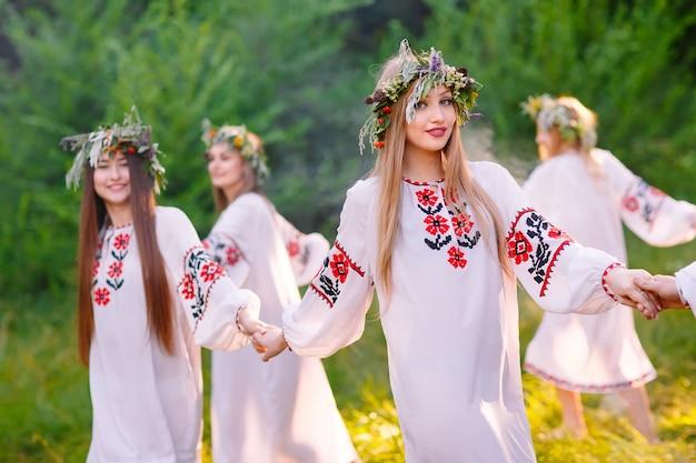Hochsommer. eine gruppe junger menschen slawischen aussehens bei der feier des mittsommers.