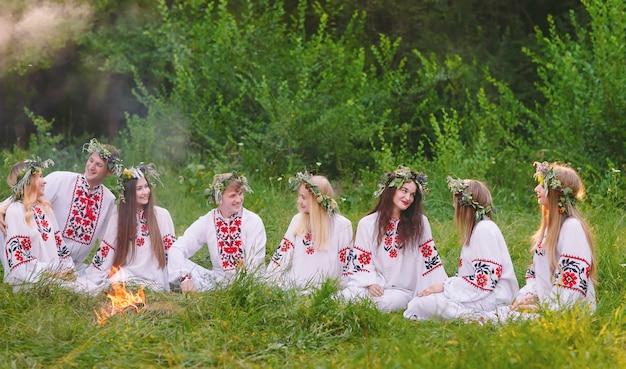 Hochsommer. eine gruppe slawischer jugendlicher sitzt am lagerfeuer.