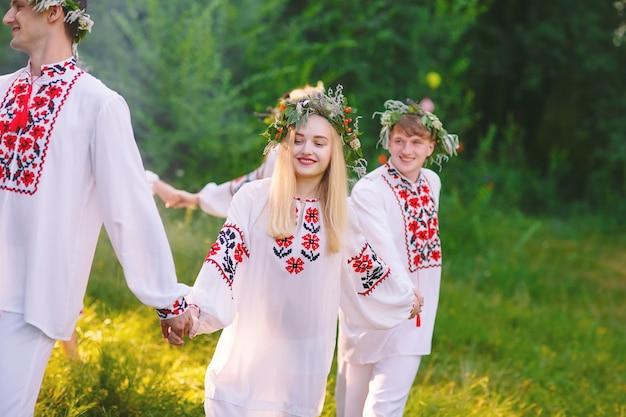 Hochsommer. eine gruppe slawischer jugendlicher zur mittsommerfeier.