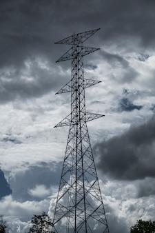 Hochspannungspfosten himmelhintergrund-regenwolken