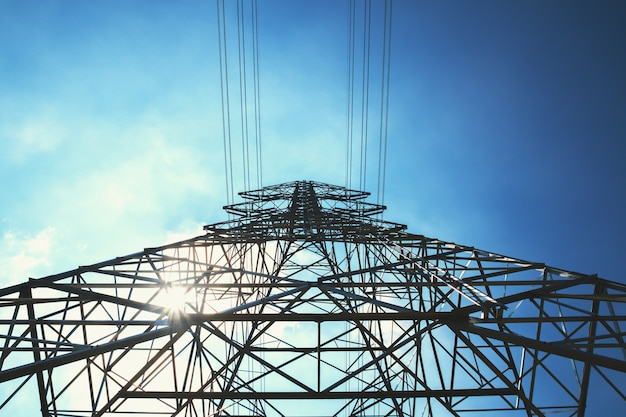 Hochspannungsturm mit solarenergie hintergrund