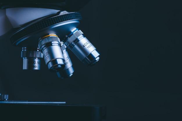 Hochtechnologiemikroskop im medizinischen labor