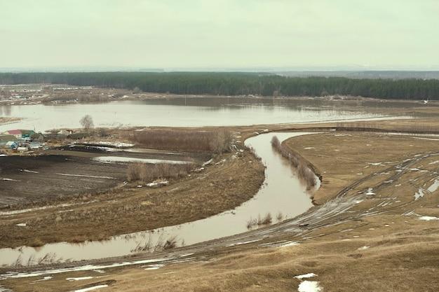 Hochwasser bedeckt das haus und das feld im rasen