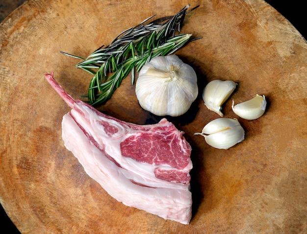Hochwertige lammrippen, die steak kochen