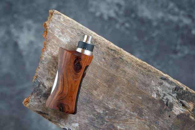 Hochwertiger, wiederaufbaubarer tropfzerstäuber mit stabilisierten, modifizierten box-mods aus natürlichem walnussholz, dampfgerät, selektivem fokus