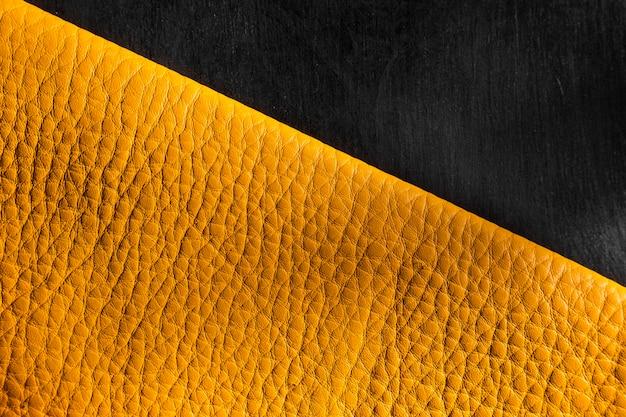 Hochwertiges gelbes ledermaterial auf dunklem hintergrund