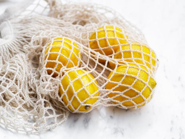 Hochwinkel-baumwollnetzbeutel mit zitrusfrüchten
