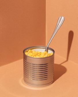 Hochwinkel konservierter mais in dose mit gabel