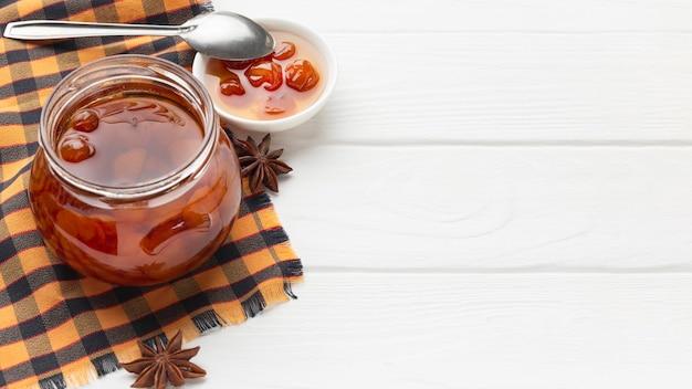 Hochwinkel-marmeladenglas mit kopierraum