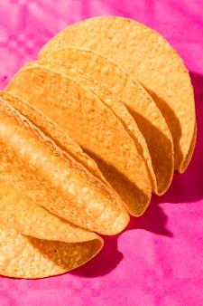 Hochwinkel-tortillas auf rosa hintergrund
