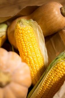 Hochwinkelanordnung mit mais und kürbis