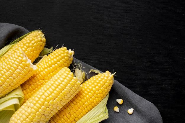 Hochwinkelanordnung von köstlichem mais mit kopierraum
