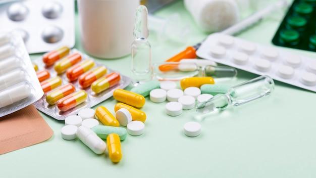 Hochwinkelanordnung von medizinischen objekten auf grünem hintergrund