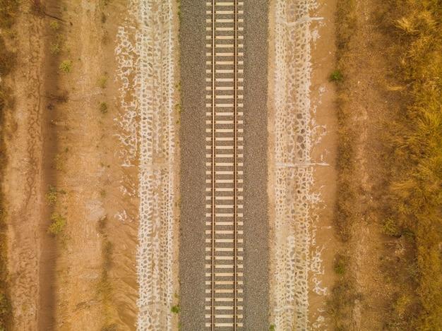Hochwinkelaufnahme der eisenbahn mitten in der wüste, die in nairobi, kenia gefangen genommen wird