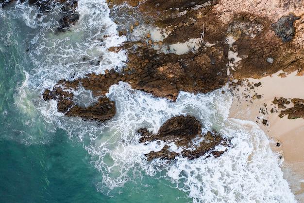 Hochwinkelaufnahme der küste mit felsformationen am meer in hongkong