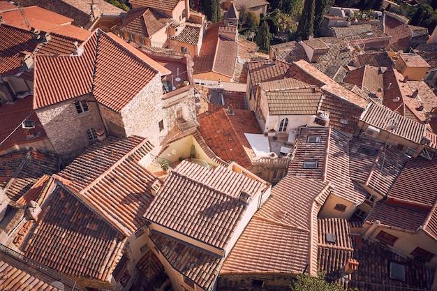 Hochwinkelaufnahme der schönen steinhäuser der gemeinde roquebrune-cap-martin in frankreich