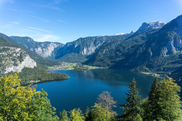 Hochwinkelaufnahme des hallstattsees, umgeben von hohen felsigen bergen in österreich