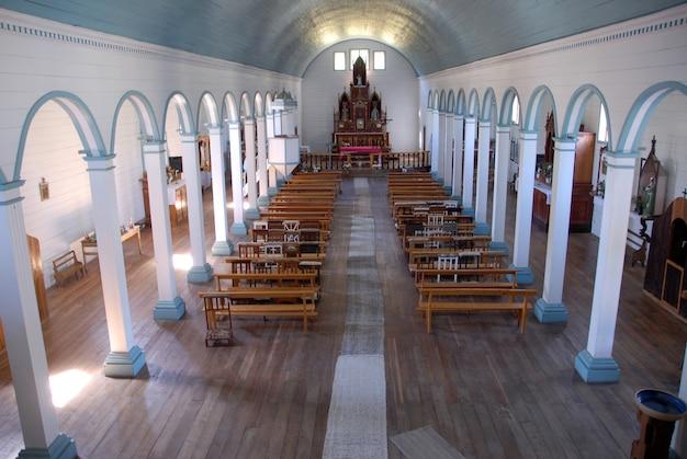 Hochwinkelaufnahme des innenraums der kirche von tenaún in chile