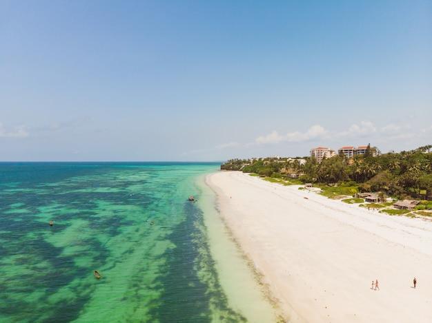 Hochwinkelaufnahme des schönen strandes und des ozeans, die in mombasa, kenia gefangen genommen werden