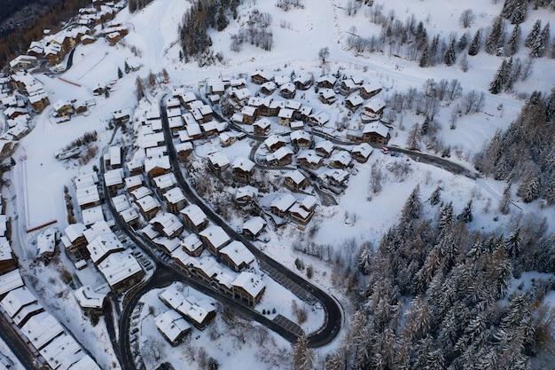 Hochwinkelaufnahme des verschneiten wintersportdorfes sainte-foy-tarentaise in den alpen in frankreich.