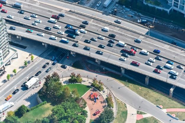 Hochwinkelaufnahme einer autobahn voller autos, die in toronto, kanada gefangen genommen wurden