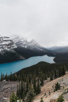 Hochwinkelaufnahme eines klaren gefrorenen sees, umgeben von einer bergigen landschaft