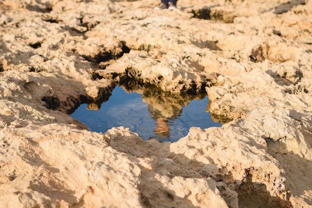 Hochwinkelaufnahme eines von klippen umgebenen gewässers