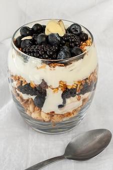 Hochwinkelglas mit joghurt und früchten