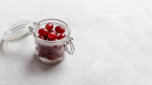 Hochwinkelglas mit roten trauben