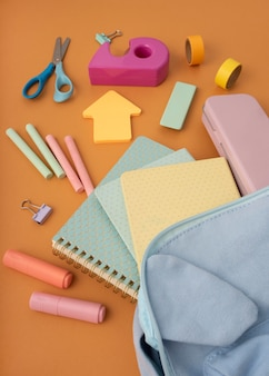Hochwinkelige schreibtischanordnung mit notebooks