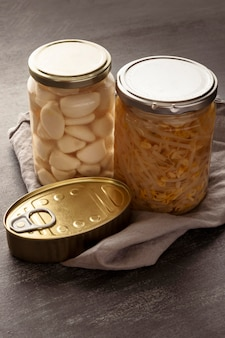Hochwinkelkonservierte lebensmittel in dosen und gläsern