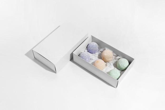 Hochwinkelpaket für badebomben auf weißem hintergrund